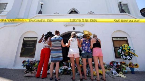 A group of women praying outside Emmanuel AME Church, June 18th 2015 (photo:AP)